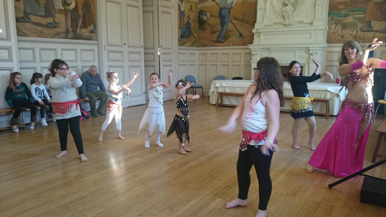 Danse Orientale enfant téléthon 2014 à la Mairie d'Etrepagny